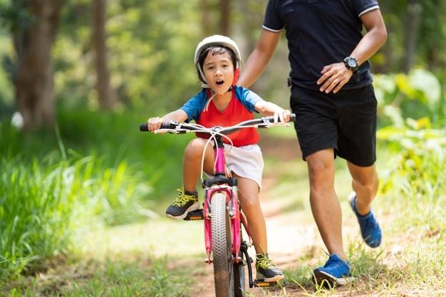 barn cykler på børnecykel